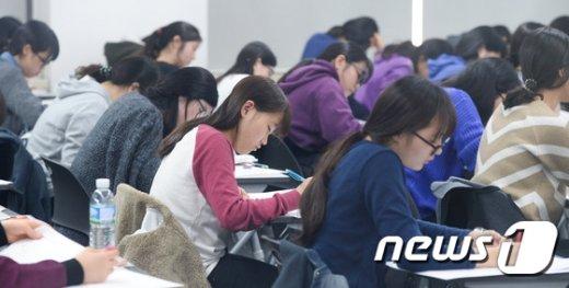 [사진]긴장감 흐르는 논술고사장