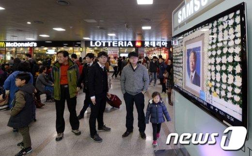 [사진]김영삼 전 대통령 서거 뉴스 보는 시민들
