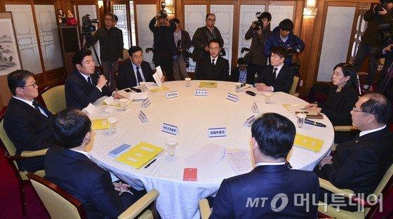 새누리당 원유철 원내대표(왼쪽 두 번째)가 22일 오후 서울 종로구 삼청동 총리공관에서 열린 당·정·청 정책조정협의회에서 발언하고 있다. 2015.11.22/사진=뉴스1