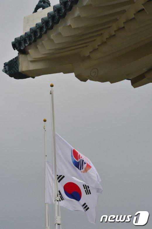 [사진]조기 게양된 국립서울현충원