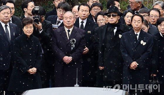 26일 오후 서울 종로구 서울대병원 장례식장에서 박근혜 대통령과 유족들이 참석한 가운데 故 김영삼 전 대통령 발인이 엄수되고 있다. 2015.11.26/뉴스1  <저작권자 &#169; 뉴스1코리아, 무단전재 및 재배포 금지>