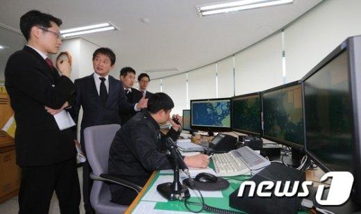지난해 12월 부실 관제로 세월호 이상 징후를 놓친 진도 해상교통관제센터(VTS)에서 광주지법 형사 11부 직원들이 CCTV 설치 위법성을 판단하기 위해 현장검증을 실시하고 있다. /뉴스1 © News1 사진공동취재단 기자
