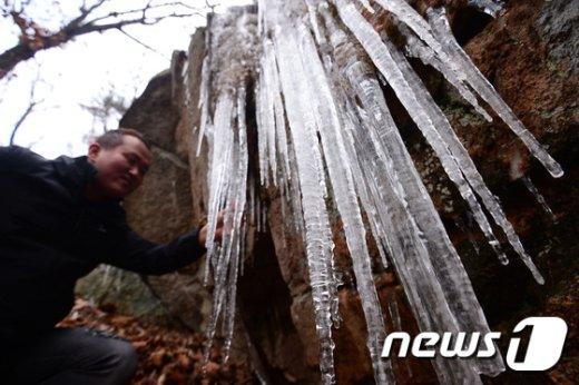 [사진]'추위 절정, 고드름 주렁주렁'