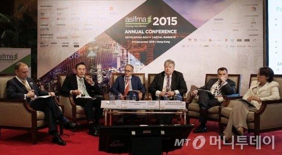 유재훈 예탁결제원 사장(왼쪽 두번째)이 3일  홍콩에서 열린 '아시아증권산업 금융시장협회(ASIFMA) 2015 연차회의'에 참가했다. 유 사장은 이날 증권시장 인프라 연계세션의 패널로 나와 아시아 증권시장의 지속적인 연계 협력 방안 등에 대한 견해를 밝혔다. /사진제공=한국예탁결제원