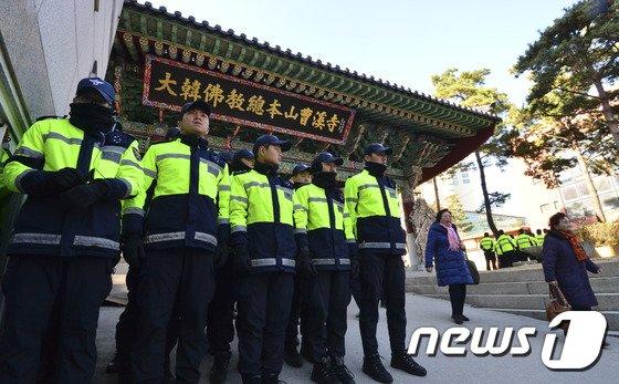 [사진]경찰로 가득한 조계사