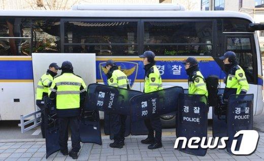 [사진]조계사 앞 무장하는 경찰