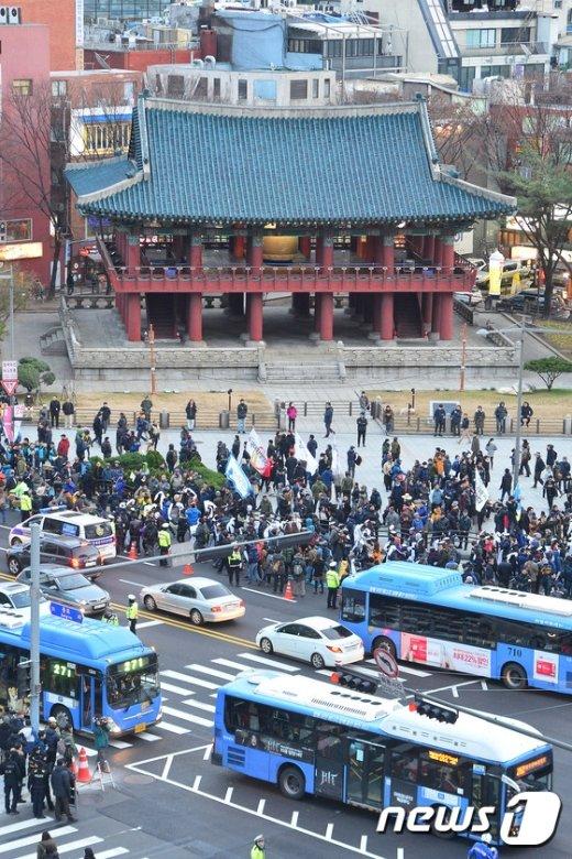 [사진]보신각 지나는 집회 행렬