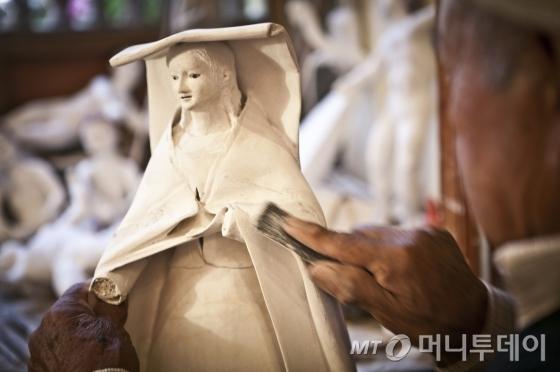 페루 최대 예술 공예품 축제인 센추런티커이(Santurantikuy). 공예품을 만들고 있는 장인의 모습. /사진제공= 페루관광청