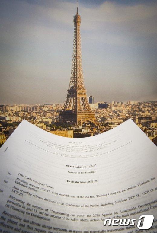 10일(현지시간) 프랑스 파리에서 지난달 30일부터 약 2주간 진행된 제21차 유엔 기후변화협약 당사국총회(COP21)의 폐막을 눈앞에 두고 195개국 협상 대표단이 최종 합의문을 마련하기 위해 애쓰고 있다. © AFP=뉴스1