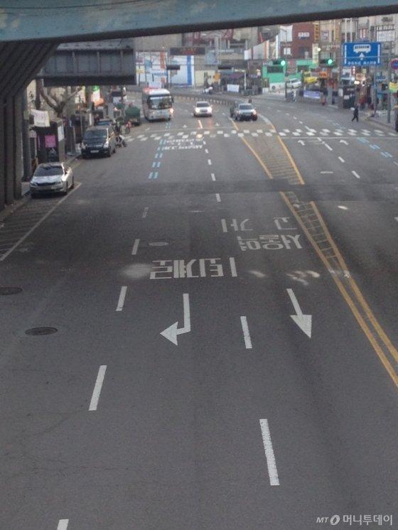 서울역고가 진입로 주변 1차로엔 여전히 '서울역고가 직진' 표시가 남아 있어 진입하던 차량들이 급하게 차선을 바꿔야 했다./사진=남형도 기자