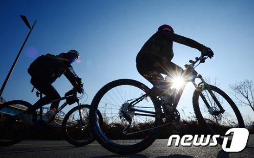 [사진]포근한 날씨에 자전거 타는 시민들