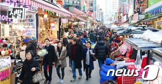 [사진]서울역 고가 폐쇄 첫날 '활기 넘치는 남대문 시장'