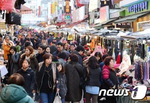 [사진]서울역 고가 폐쇄 첫날 '북적이는 남대문 시장'
