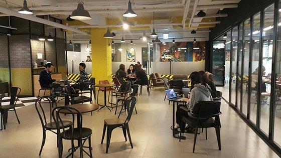 서울 강남구 도산대로에 있는 옐로모바일O2O 건물 2층에 위치한 커피숍에서 직원들이 담소를 나누고 있다.
