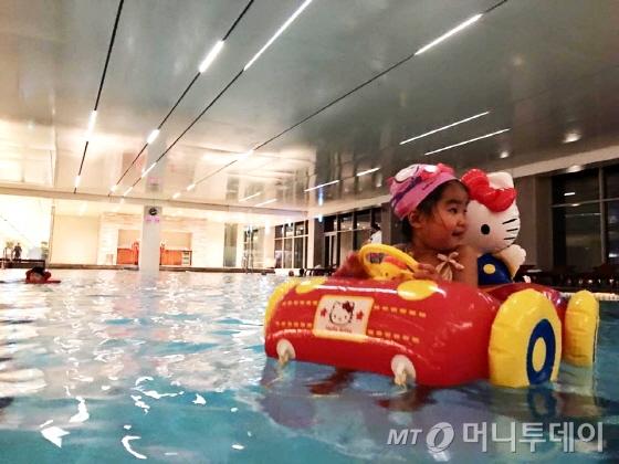 롤링힐스 수영장은 대형 튜브를 띄울 수 있다/사진=이지혜 기자