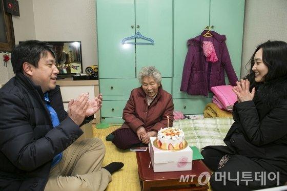 KIC 직원들이 17일 서울 은평구 소재 독거노인 집을 방문해 생일잔치를 열었다. /사진제공=KIC.