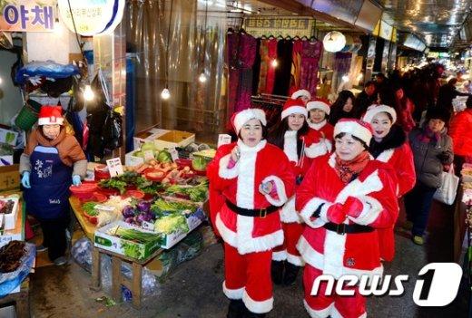 [사진]전통시장에서 캐럴 부르는 산타