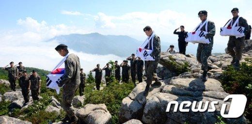 [사진]2015 뉴스1 올해의 사진...6.25전쟁 전사자 유해 봉송