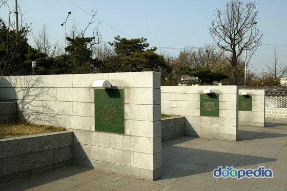 광화문시민열린마당의 풍경. 화단 중간에 세워진 벽들은 육조(六曹)를 상징하는 것이다. /사진제공= 두산대백과