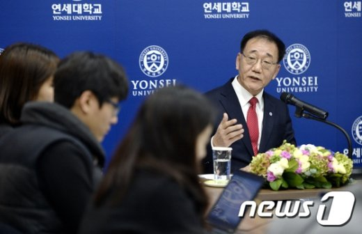 [사진]취재진 질의에 답하는 김용학 신임 총장