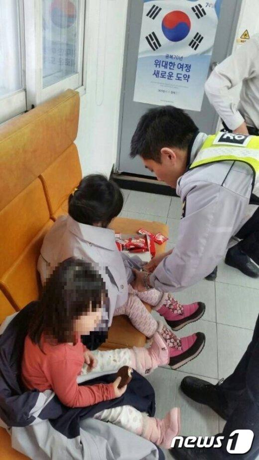 지난 17일 서울 중랑구 용마지구대에서 보살핌을 받고 있는 두 자매(제공:중랑경찰서)© News1