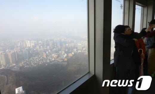 [사진]'뿌연 도심 배경으로'