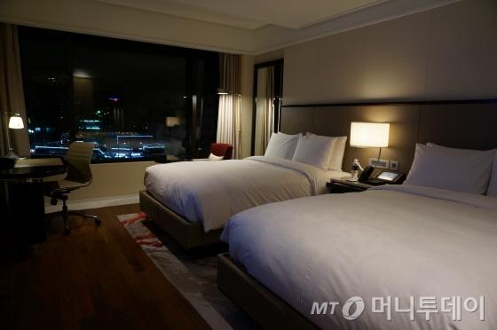 505호 객실. 트윈룸은 더블베드 2개가 놓여 있어 여유롭다/사진=이지혜 기자