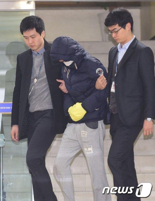 [사진]고개숙인 11살 딸 폭행 아버지
