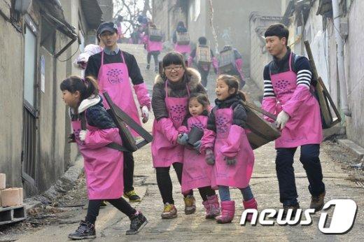 [사진]연탄배달 '조심조심'