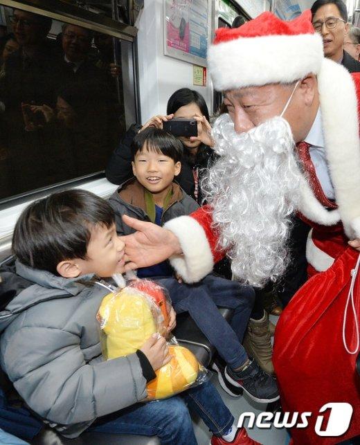 [사진]'지하철에 나타난 산타'