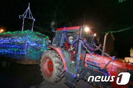 [사진]'트랙터 타고 나타난 산타'