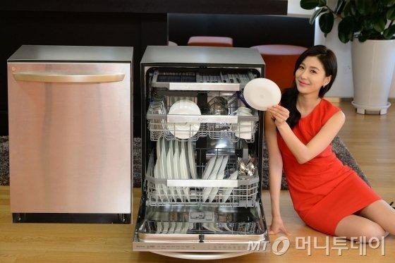 서울 영등포구 여의도동 LG트윈타워에서 모델이 세척력과 편의성을 강화한 LG전자 프리미엄 식기세척기를 소개하고 있다/사진제공=LG전자