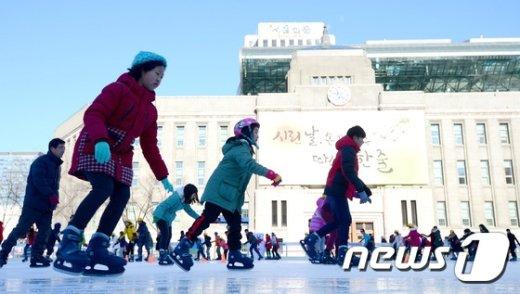서울광장 스케이트장을 찾은 시민들이 스케이트를 타며 성탄 휴일을 즐기고 있다.© News1 박정호 기자