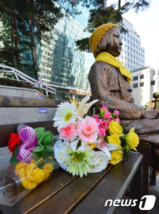 [사진]일본대사관 앞 위안부 소녀상에 놓인 꽃다발