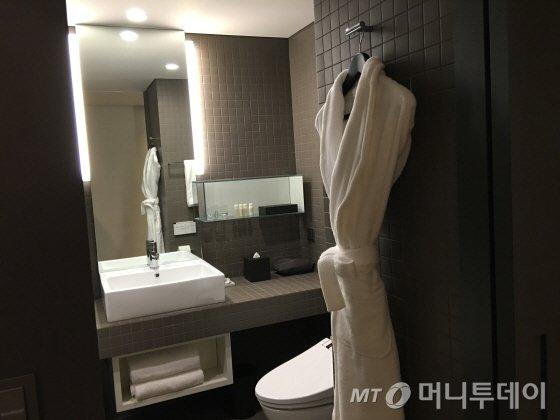 욕실 모습. 욕실용품으로 아베다를 사용한다. 일회용 칫솔도 구비돼 있다/사진=이지혜 기자