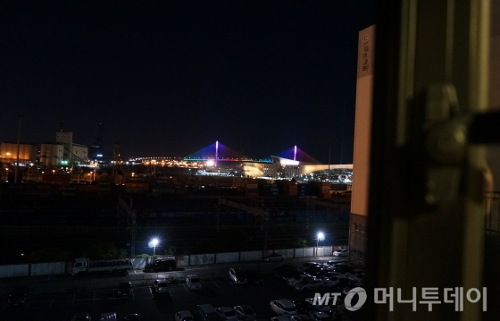 708호 객실 창밖으로 보이는 부산항 대교 야경, 이 방향으로 부산역까지 철로도 이어져 기차소리도 들린다/사진=이지혜 기자