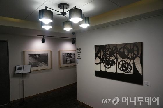 2층 뷔페레스토랑 앞에  간이 미술사진 전시회 공간을 마련했다/사진=이지혜 기자
