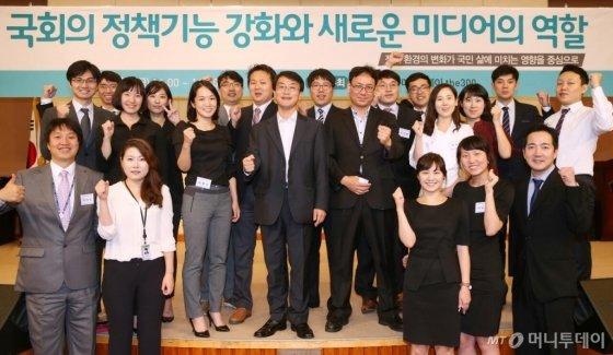 ↑ 2014년 9월12일 머니투데이 더300(the300) 구성원들이 국회사무처와 공동으로  서울 여의도 국회 헌정기념관에서 '국회의 정책기능 강화와 새로운 미디어의 역할' 심포지엄을 마친뒤 기념촬영을 했다.