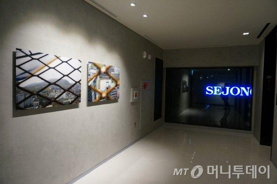 엘리베이터 앞 사이이다 사진작품 . 롯데호텔 L7 명동/사진=이지혜 기자
