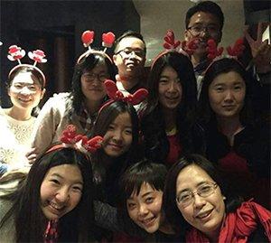 2014년 12월 영국 리서치 회사 상하이 지점 동료들과 성탄절 디너 행사에서./사진제공=이보람