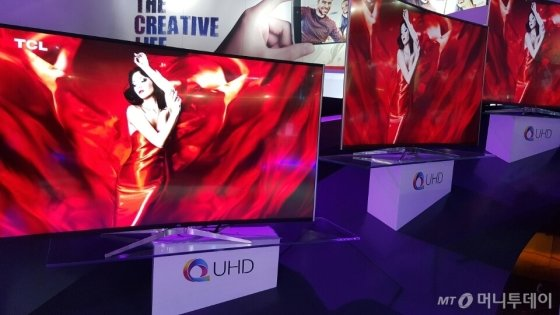 """중국 가전업체 TCL이 'CES 2016'에서 퀀텀닷(양자점) TV를 전시하고 있다. 'QUHD'라는 로고가 삼성전자의 'SUHD""""와 유사하다/사진=박종진 기자"""