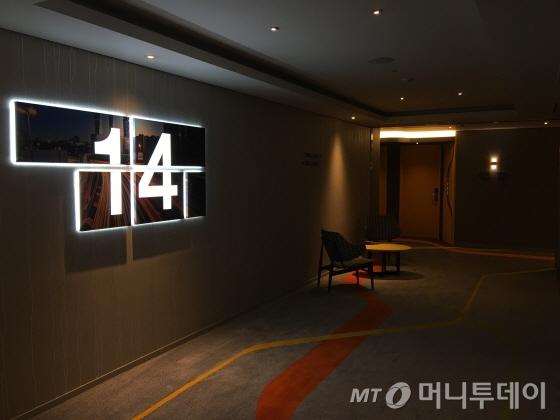 서울 도심 풍경을 담은 팝아트 싸이니지. 바닥의 선은 도심 지하철을 연상케 한다/사진=이지혜 기자