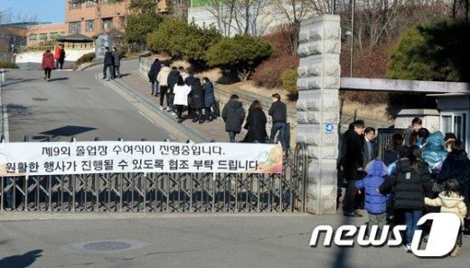 [사진]졸업식장 향하는 세월호 생존학생 가족들
