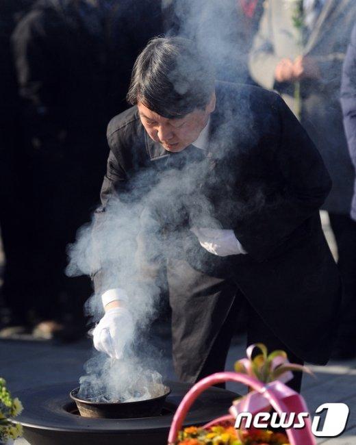 [사진]고 노무현 전 대통령 묘역 찾은 안철수