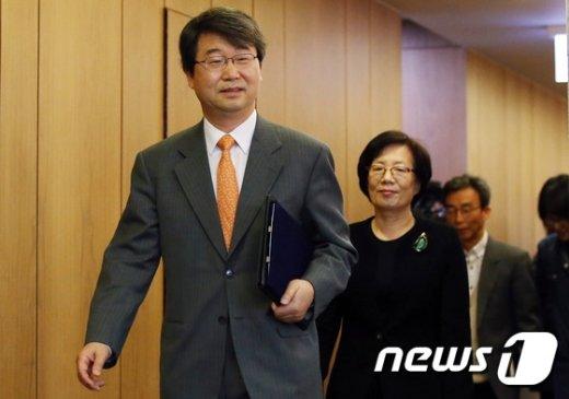 [사진]합의 마치고 나오는 김지형 조정위원장