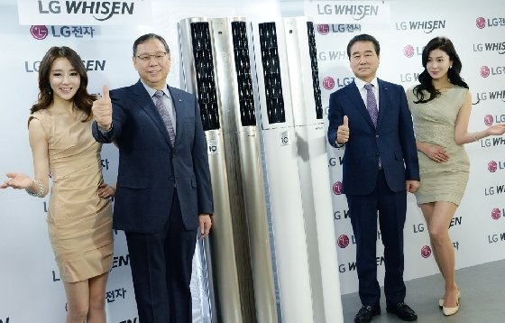 서울 여의도동 LG트윈타워에서열린 '휘센 듀얼 에어컨'출시 기자간담회에서 LG전자 H&A사업본부장 조성진 사장(제품의 왼쪽)과 한국영업본부장 최상규 사장(제품의 오른쪽)이 '휘센 듀얼 에어컨'을 소개하고 있다. /사진제공=LG전자