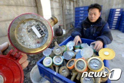 [사진]동장군 위용에...수도 계량기도 '꽁꽁'