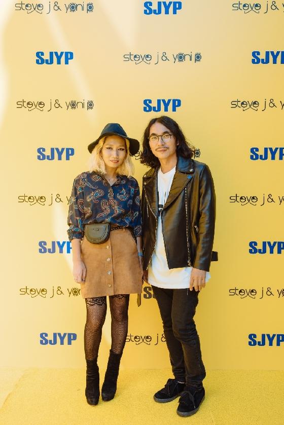SK네트웍스 'SJYP' 등 브랜드 크리에이티브 디렉터인 요니P(배승연,왼쪽) 이사와 스티브J(정혁서) 이사/사진제공=스티브제이앤요니피