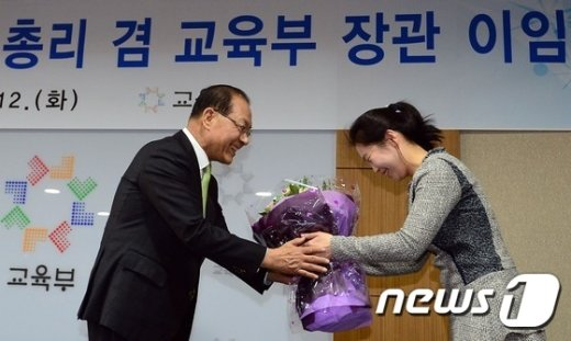 [사진]꽃다발 받는 황우여