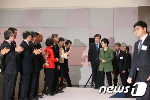 [사진]신년인사회장 입장하는 박 대통령